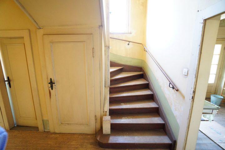 Treppenaufgang zum Obergeschoss der Villa am Monarchenhügel