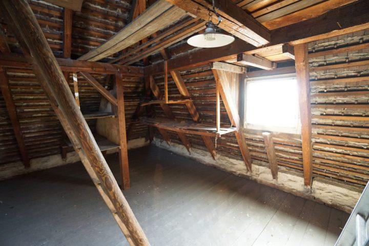 Geräumiger Dachboden der Villa nahe am Monarchenhügel