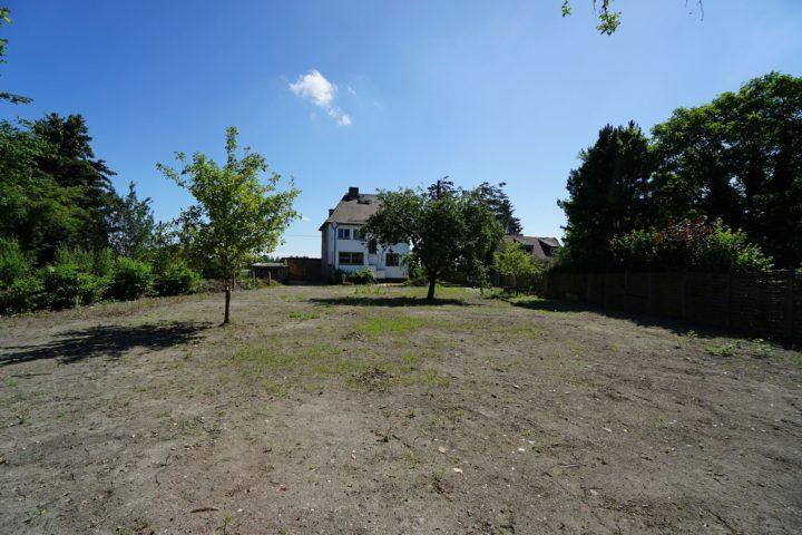 Blick vom Garten zur Villa am Monarchenhügel