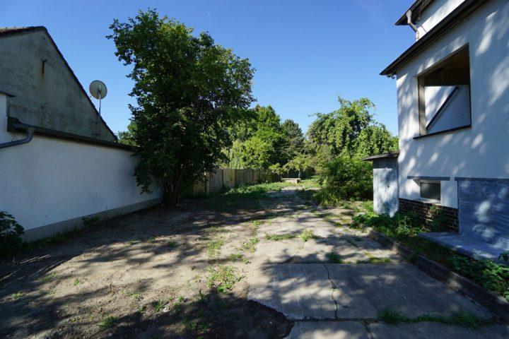Einfahrt in den Garten der Villa nahe dem Monarchenhügel