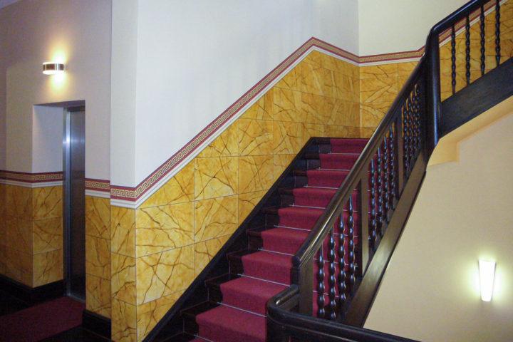 Treppenaufgang und Aufzug in der Villa Schreiber