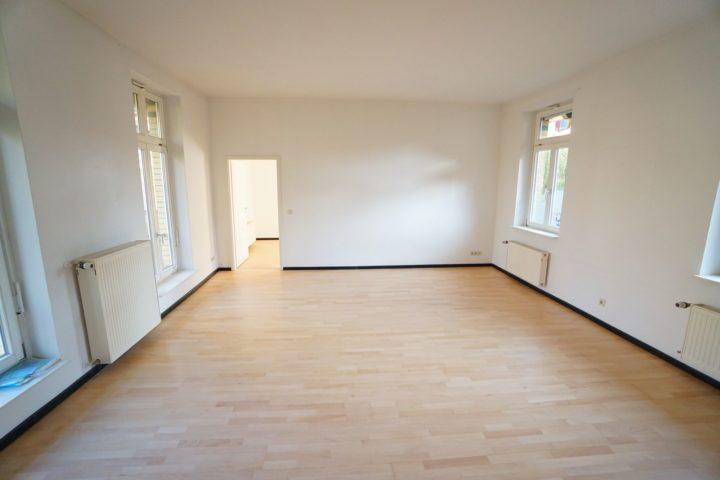 Wohnzimmer mit Tür zum Schlafzimmer Kutscherhaus Alte Straße Leipzig