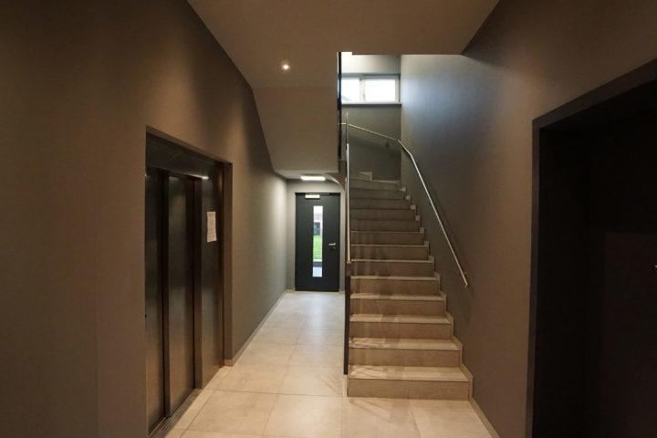 Hausflur mit Treppenaufgang und Aufzug Fregestraße 16