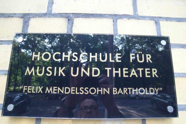 Schild Hochschule für Musik und Theater in der Villa Schreiber